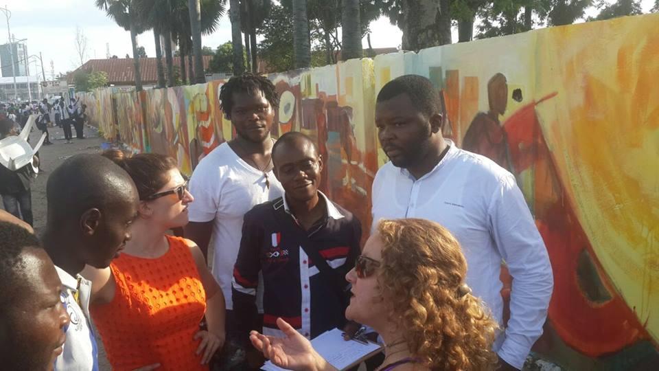 En parlant avec des artistes d'étudiants à l'Académie des Beaux-Arts site murale à Kinshasa.