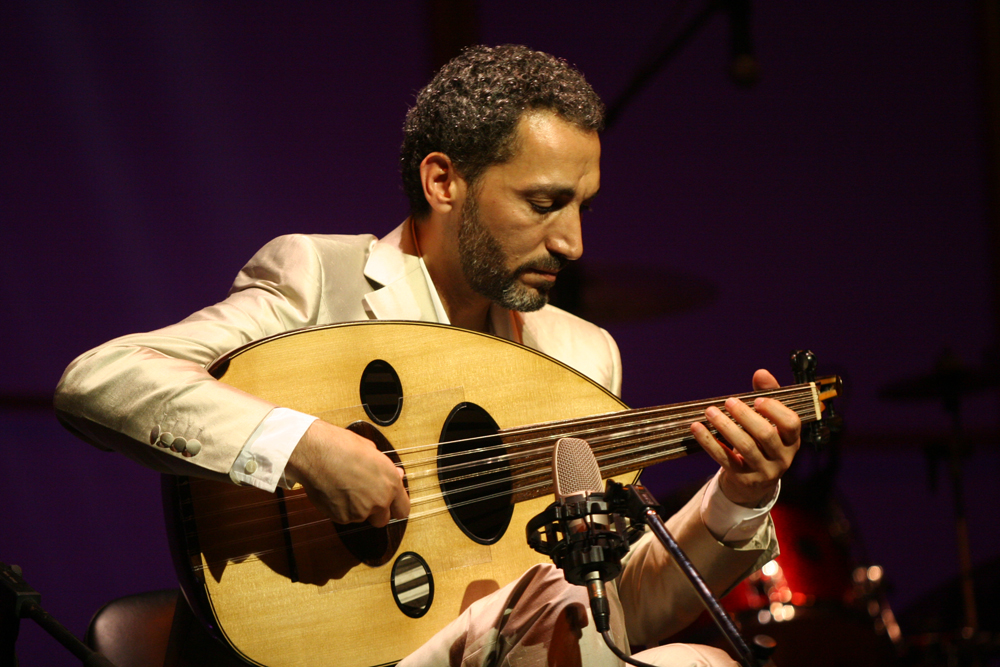 Naseer Shamma playing at a concert.